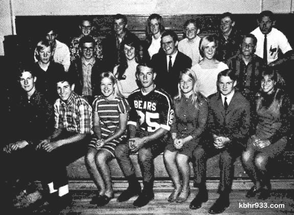 Ed Stalcup (top row, far right) coached the Big Bear High School Ski Team of 1968, which included (from top, left) Bill Lindsey, Jay Forbes, Larry Poland, Lark Hartwell, Steve Blauer, Bobby Fulton, Stalcup, (middle row) Dave Dodd, Phil Schweitzer, Pam Thomas, Keith Gingerich, Michelle Thomas, Jeff Strategier, (and front row) Greg Pike, Chuck Bronnimann, Debbie Hawks, Dave Huether, Shelley McGrath, Zane Johnson and Kathie Hasher.